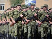 Солдаты шагают строем
