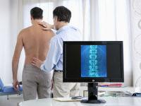 Врач обследует пациента