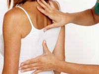 Боль в области лопаток у женщины