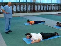 люди делают лечебную гимнастику