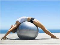девушка делает упражнения для позвоночника