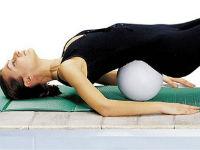 Девушка выполняет упражнение для позвоночника