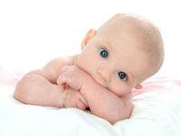 Младенец лежит на животе