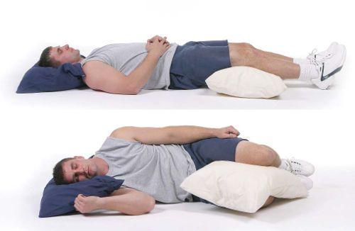 Человек лежит на подушках