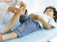 Осмотр колена ребенка