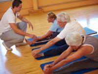 Пожилые делают гимнастику
