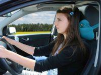 Девушка управляет машиной