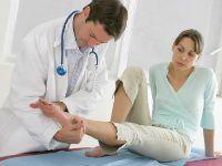 Врач осматривает стопу пациентки