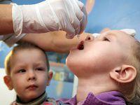 Ребенку капают капли в рот