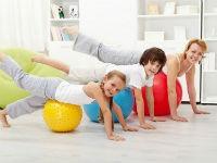 Семья занимается утренней гимнастикой