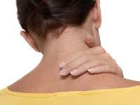 У женщины тянет шею