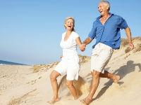 Мужчина и женщина бегут по песку