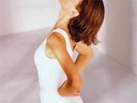 девушка делает лечебные упражнения