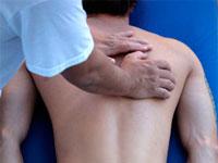 врач осматривает спину