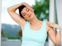 Женщина выполняет упражнения для шеи